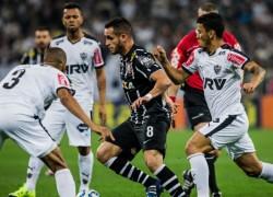 renato-augusto-em-acao-pelo-corinthians-no-jogo-contra-o-atletico-mg-em-itaquera-pelo-brasileirao-1437267218368_956x500