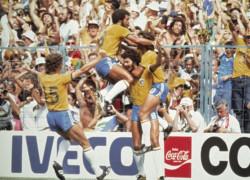 """Data da foto: 1982Falc""""o, J˙nior, SÛcrates e Zico no jogo Brasil X It·lia, da Copa de Mundo de 1982."""