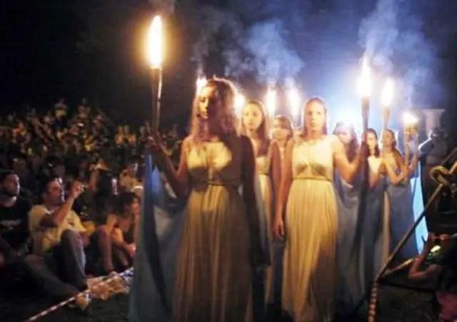 http://www.noticiacristiana.com/wp-content/uploads/2016/06/Griegos-paganos-vuelven-a-invocar-a-sus-dioses-antiguos-en-Grecia.jpg