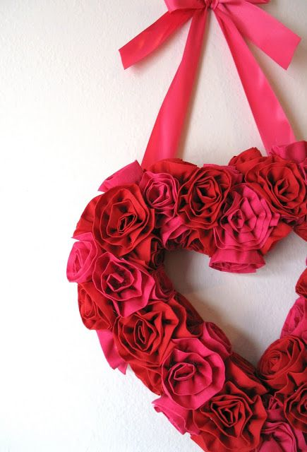 Fabric flower valentine wreath - 25+ Valentine's Day Home Decor Ideas - NoBiggie.net