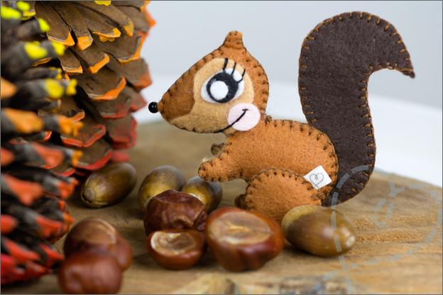 eekhoorn van vilt op herfsttafel