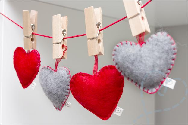 slinger van vilt met hartjes