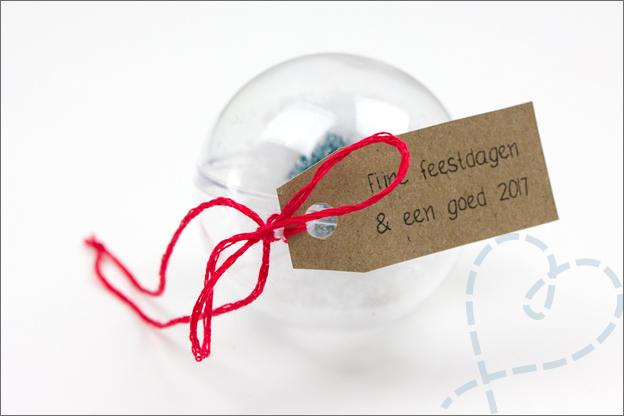 kerstbal met eigen gemaakt label
