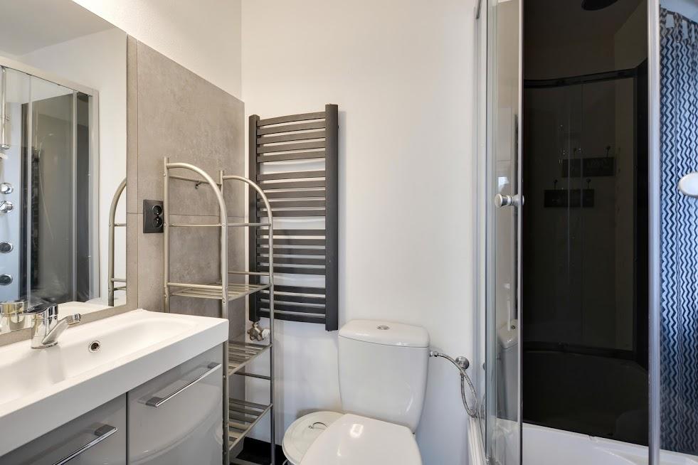 CZARNY KOT - łazienka pokoju 4 osobowego - pietro.