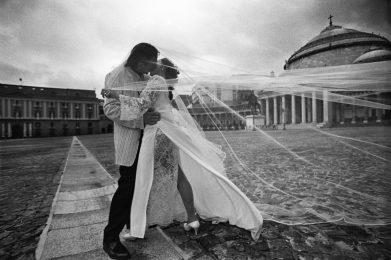 Piazza del Plebiscito un giorno di luglio quale set per far posare le coppie di sposi e realizzare le foto che faranno parte dell'album dei ricordi