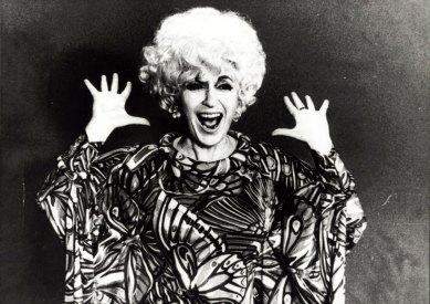 Cathy Berberian posa con il vestito di scena di Stripsody, circa 1966 | Collezione Cathy Berberian, Fondazione Paul Sacher, Basilea
