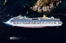 """Isola del Giglio (GR), zenithal views of the ship """"Costa Concordia"""" from an elicopter of Police, Isola del Giglio(GR), vedute zenitali della nave """"Costa Concordia"""" da un elicottero della Polizia di Stato 2010-01-17 © Massimo Sestini"""