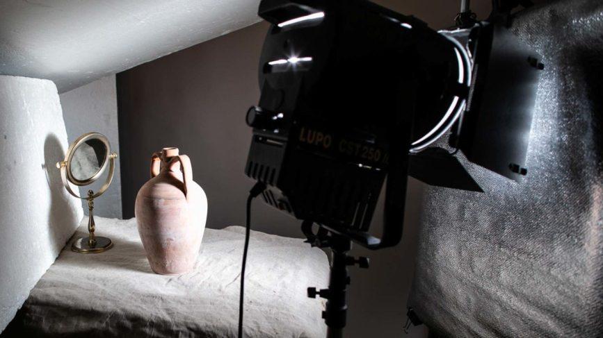La luce proveniente da uno spot è stata riflessa su un foglio di carta argentata, e quindi ancora da uno specchio e da diversi pannelli di polistirolo. Un'illuminazione di questo tipo prende il nome di gabbia di luce e trova utilizzo quando si fotografano soggetti cromati o lucidi per ricreare un'illuminazione morbida e diffusa © 2019 (Sergio Marcelli)