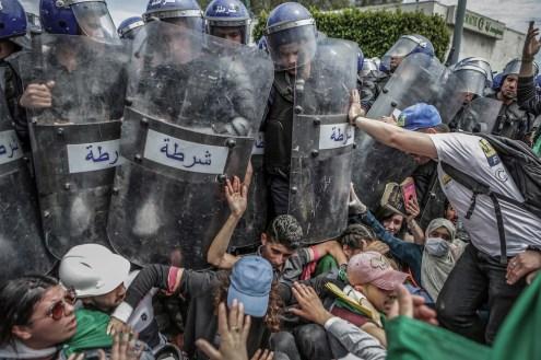 © Farouk Batiche, Algeria, Deutsche Presse-Agentur Clash with the Police During an Anti-Government Demonstration Studenti si scontrano con la polizia antisommossa durante una manifestazione antigovernativa ad Algeri, Algeria, 21 maggio 2019 World Press Photo