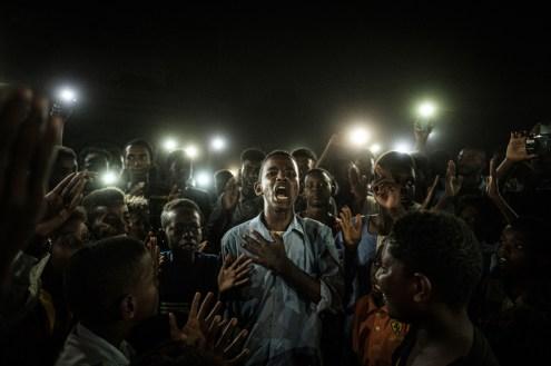 © Yasuyoshi Chiba, Giappone, Agence France-Presse Straight Voice Un giovane illuminato da cellulari recita una poesia mentre altri manifestanti recitano slogan per chiedere un governo civile, durante un blackout a Khartum, in Sudan, il 19 giugno 2019. Le proteste dei mesi prima hanno portato a un colpo di stato e alla rimozione del presidente Omar al Bashir, che governava il paese da oltre trent'anni. World Press Photo