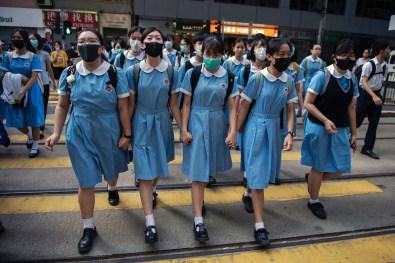 © Nicolas Asfouri, Danimarca, Agence France-Presse Hong Kong Unrest Studenti attraversano la strada dopo aver partecipato a una manifestazione e alla formazione di una catena umana durnate le proteste antigovernaative ad Hong Kong, 12 settembre 2019. World Press Photo