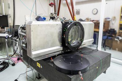 Questa foto mostra la ComCam dal lato dell'ottica. L'ampio oggetto metallico orizzontale è lo scambiatore di filtri, che contiene 3 filtri contemporaneamente. Sottosposizione LSST Project Office, Tucson, AZ Credit Rubin Observatory / NSF / AURA