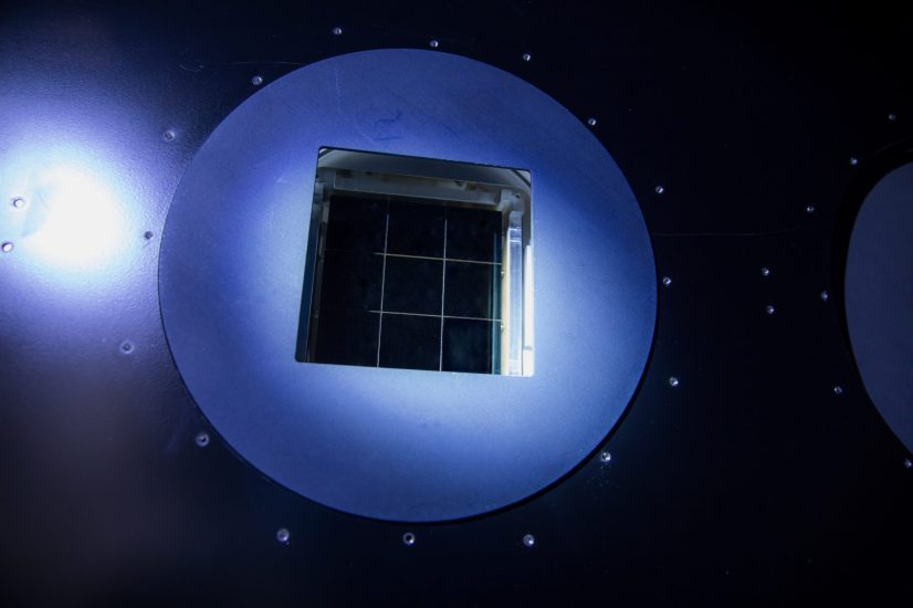 Descrizione Sono in corso lavori nella camera bianca della fotocamera LSST, dove il team della fotocamera SLAC ha iniziato a testare una serie di CCD all'interno di una versione ridotta del criostato LSST. Laboratorio di accelerazione nazionale SLAC di sublocazione; Menlo Park; California Credito Andy Freeberg / SLAC National Accelerator Laboratory