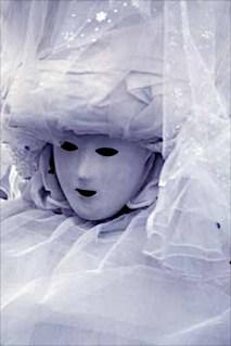 Bianco in maschera – Anni 80, maschere di carnevale a Milano in Piazza della Scala. Alcune originali, altre di fattura casalinga e tuttavia intelligenti, e poi non poche scempiaggini assortite. Io fui intrigato da questo volto immobile, e come spettrale. Qualcuno osserverà che oltre al bianco d'insieme ci sono tre macchioline nere sul volto. Sì, è vero, ci sono. Ed allora?