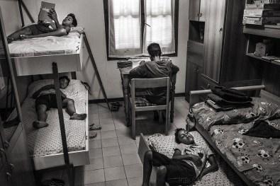 """Nomadelfia - Figli di Nomadelfia nella propria cameretta. Il """"Gruppo Familiare"""" è composto da una casa centrale e da una serie di casette destinate alla singola famiglia. Nelle casette troviamo soltanto le camere da letto e i servizi, in modo che ogni famiglia conservi la propria individualità."""