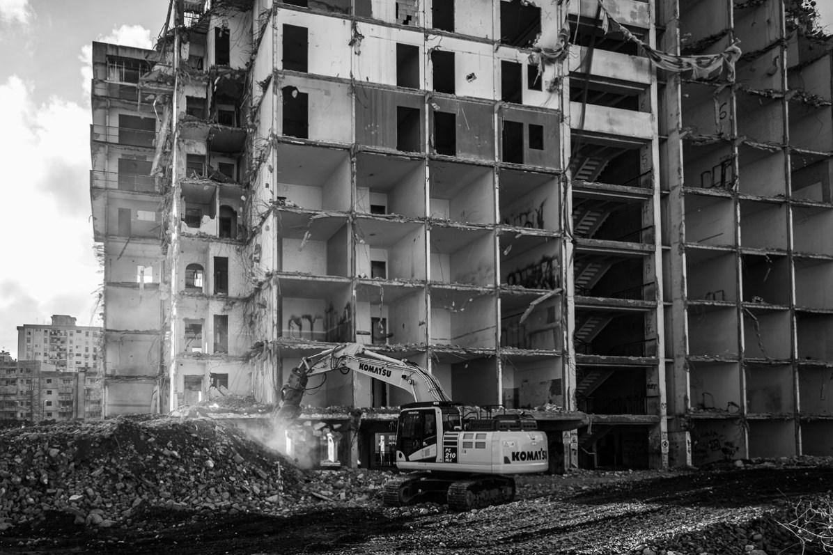ITALIA, NAPOLI - Una parte della Vela Verde durante i lavori di demolizione a Scampia (Napoli) il 6 Febbraio, 2020.