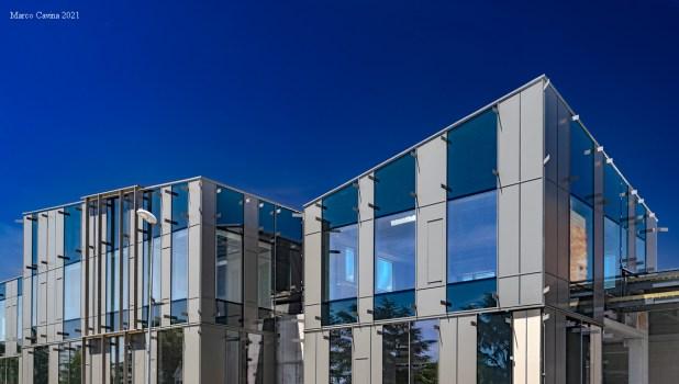 Centro commerciale in costruzione ripreso in orizzontale a focale 48mm con apertura 1:11 e polarizzatore, realizzando due scatti affiancati poi assemblati con un soft di stitching.