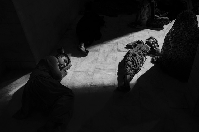 """Un pellegrinaggio per assistere all'urs di Lal Shahbaz Qalandar, """"Red Royal Falcon"""", a Sehwan Sharif, dove l'attentato suicida preso di mira da Daesh/ISIS nel febbraio 2017 durante le danze sacre ha ucciso 92 persone e ne ha ferite oltre 350. Il santuario di Sehwan è frequentato da musulmani (sciiti e sunniti), cristiani e indù"""