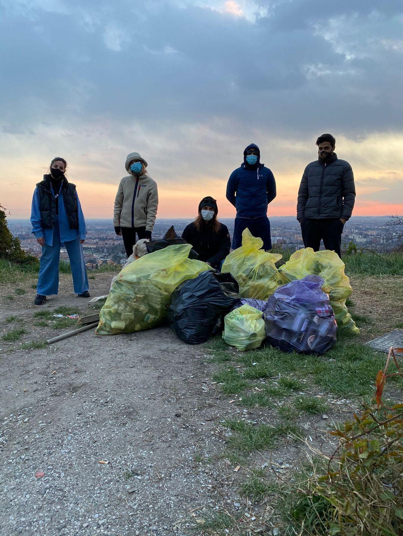 Cinque ragazzi portano via cinquanta chili di spazzatura da forte San Mattia