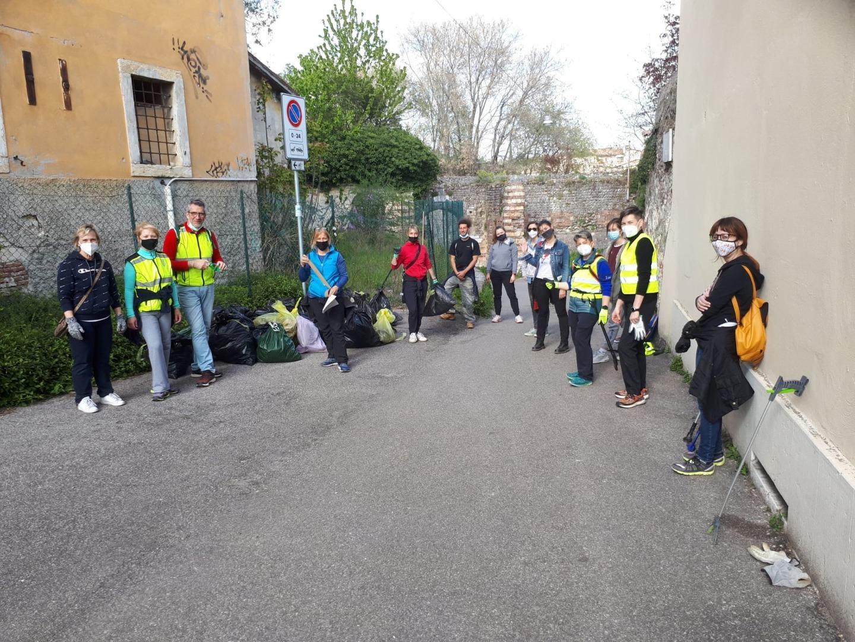 Cittadinanza attiva, cacciatori di rifiuti ripuliscono Verona