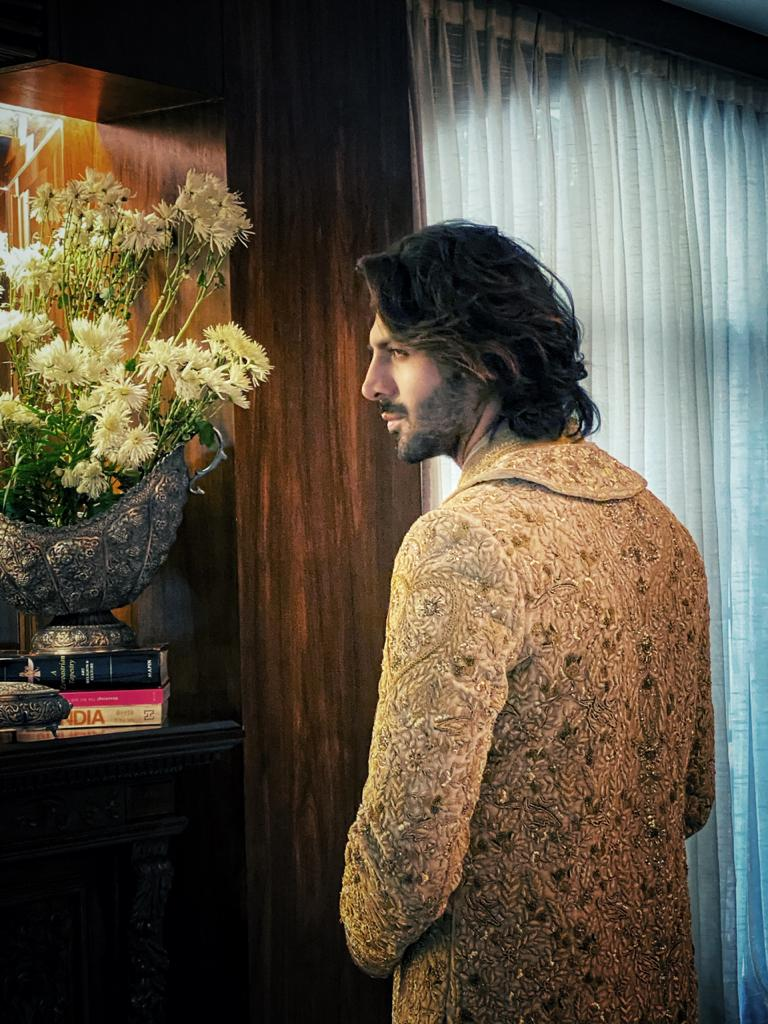 Kartik Aaryan's new look post the lockdown has been making a lot of buzz on the internet