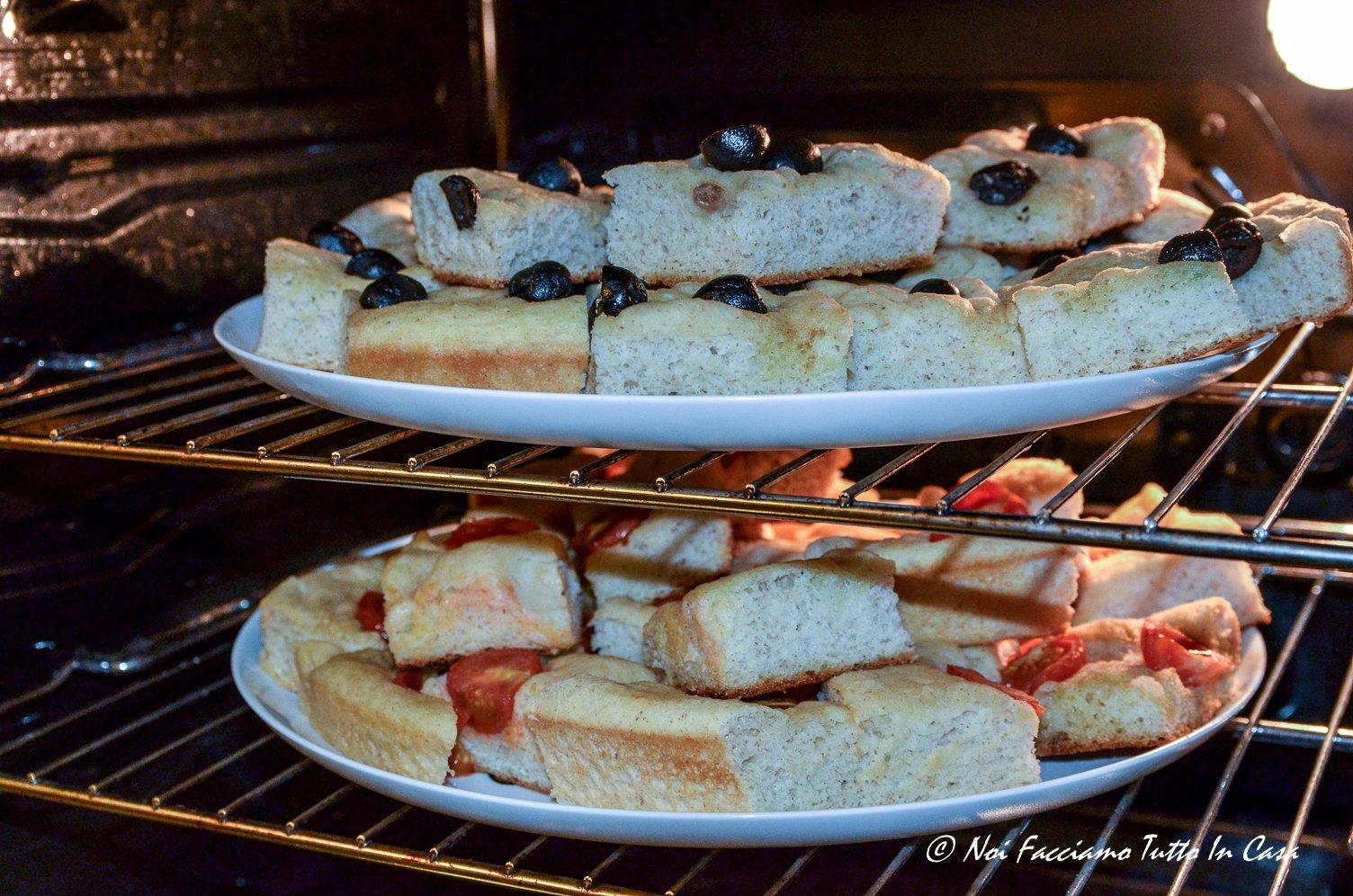 Focaccia di patate con pomodorini e olive nere