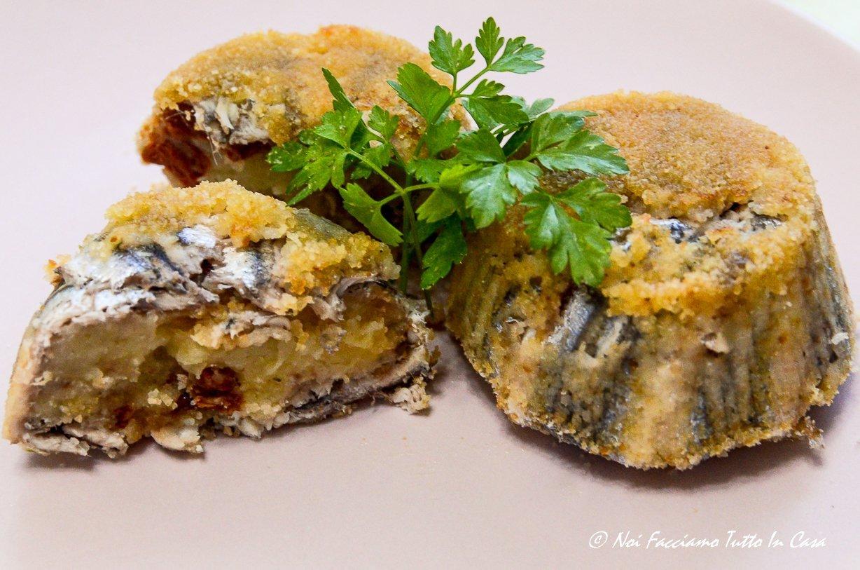 Tortini di alici con ripieno di patate, olive taggiasche e pomodori secchi sott'olio