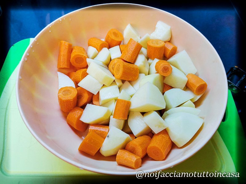 Polpettine di Salmone, Patate e Carote al forno su insalata con salsa allo yogurt