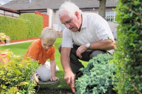 nonno e nipotino in giardino