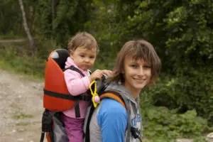 mamma-bambina-zaino-escursione-bosco-mangroove-_-dreamstime