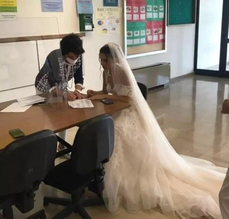 """Martina Franca: insegnante firma il contratto annuale in abito da sposa Scuola, istituto """"Majorana"""""""