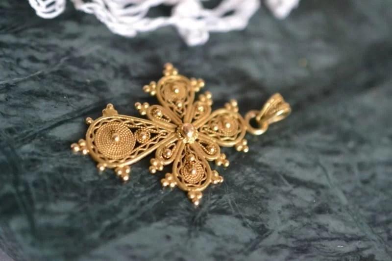 Pendentif vintage en forme de croix en or jaune