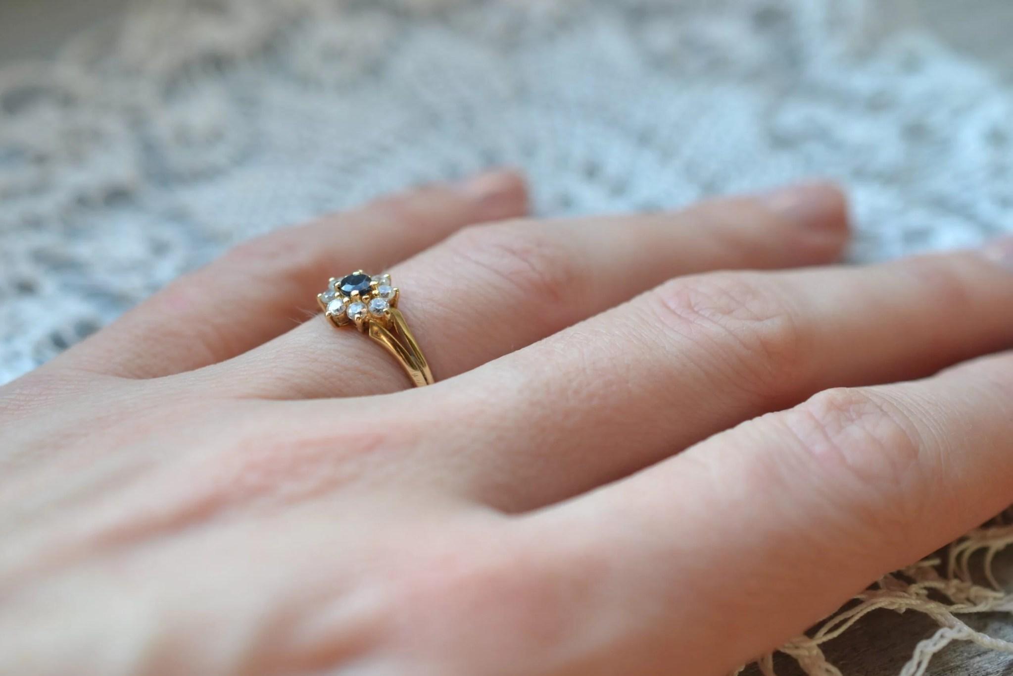 bague seconde main saphir et oxydes - en or jaune 18 carats - un bijou noircarat.fr