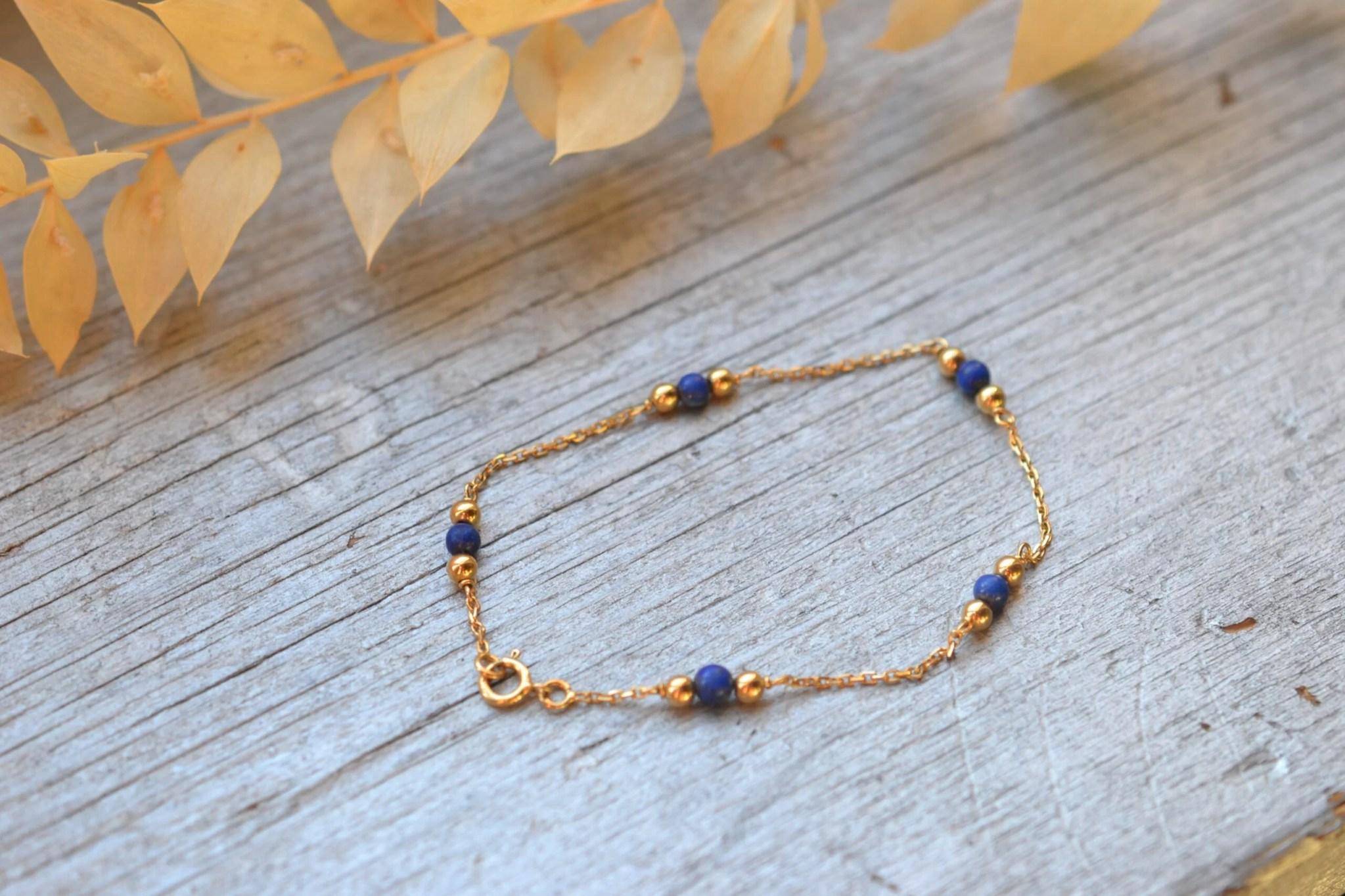 bracelet ancien en or massif 18 carats avec petites billes vertes , monté sur une chaine fine- un bijou noircarat.fr
