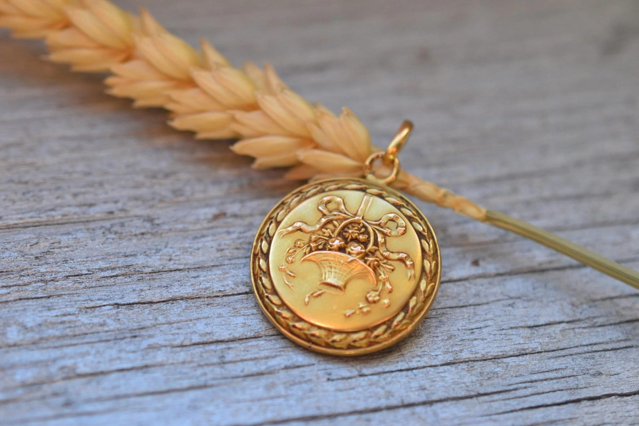Médaille à décor de corbeille