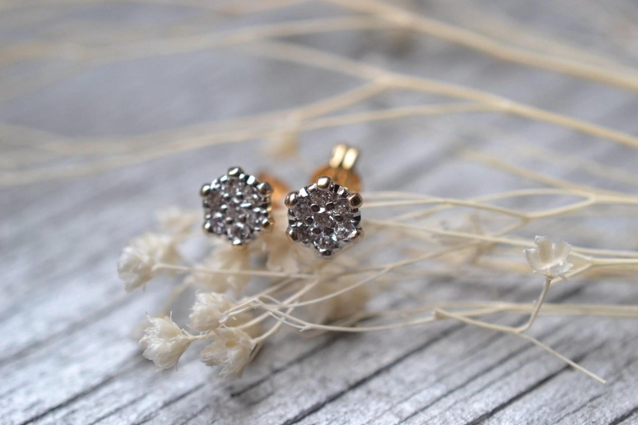 Une paire de ras d'oreilles en or et diamants en or 18 carats 750/1000ème - bijoux anciens