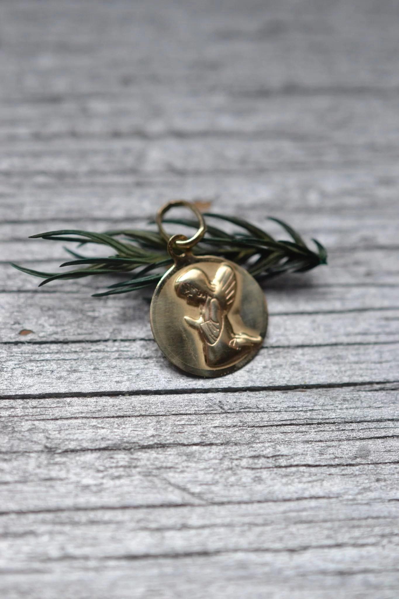Medaille Baptème Ancienne En OR 18 Carats - Petit Ange Chérubin Angelot À Genoux - Un Bijou Vintage Ecoresponsable - Noircarat