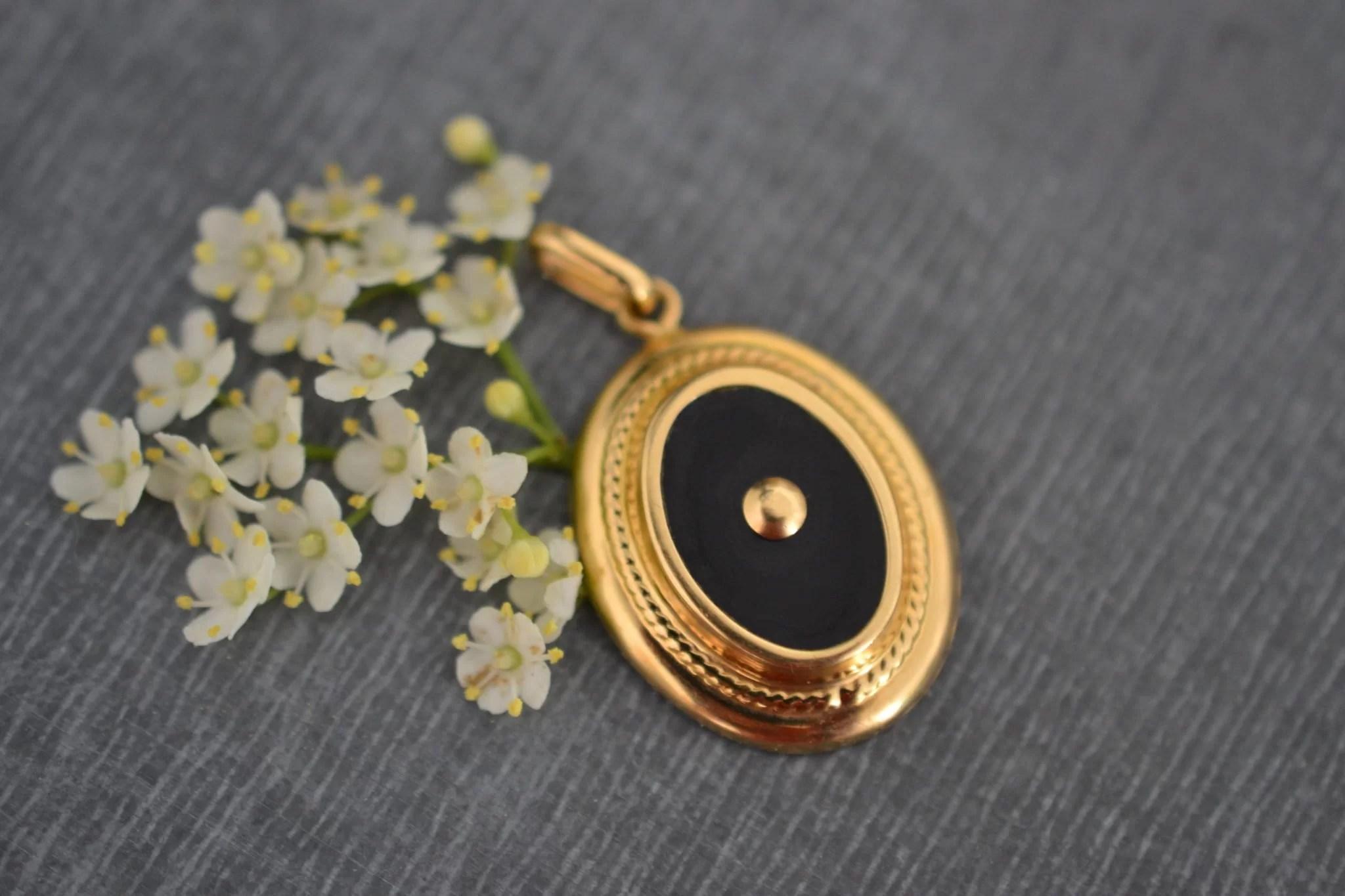Pendentif ancien or et onyx - bijoux en or 18 carats - bijoux anciens éthiques - un bijou vintage de seconde main