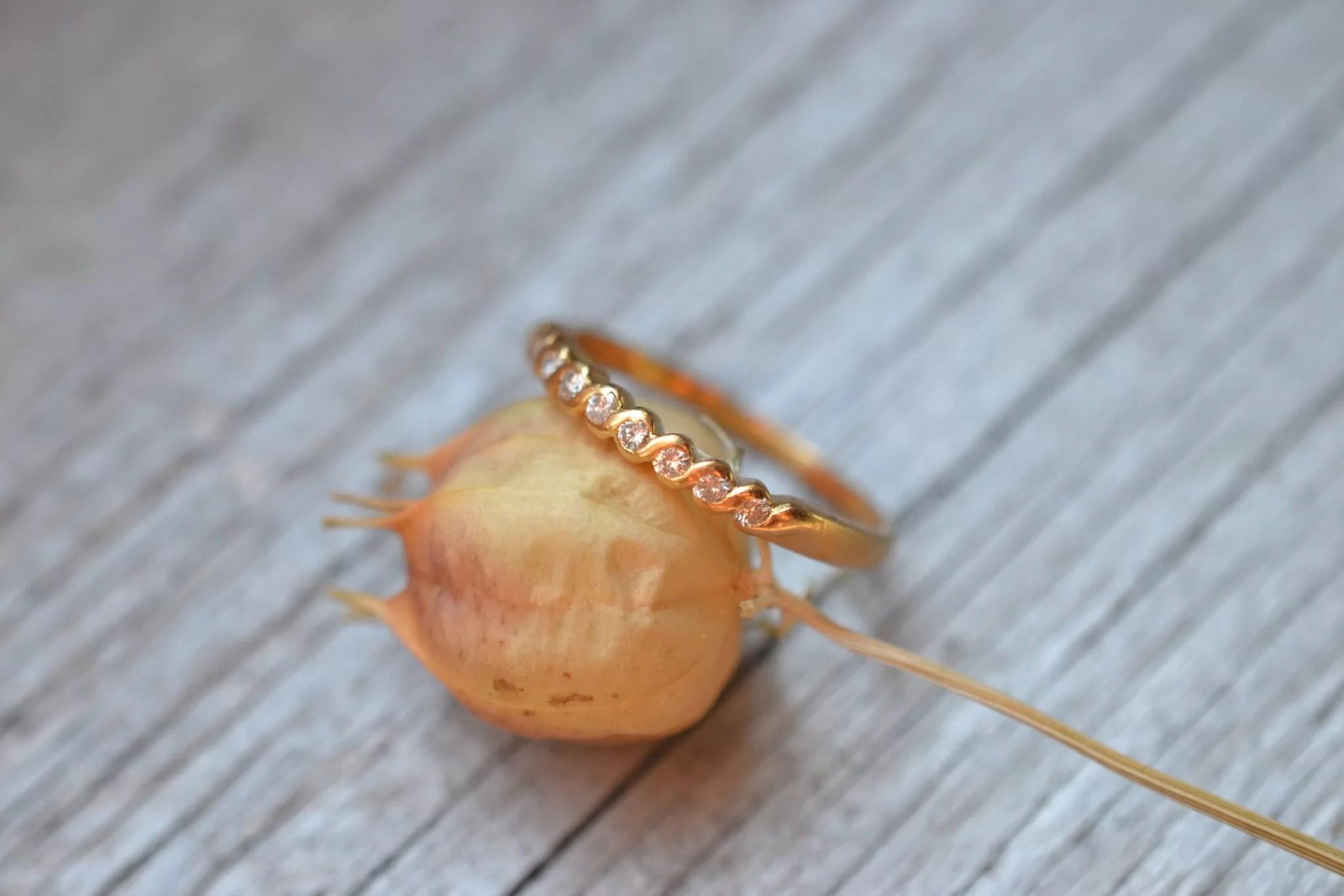 bague ancienne demi alliance américaine en Or jaune 18 carats et diamants - bijou ancien mariage durable. JPG