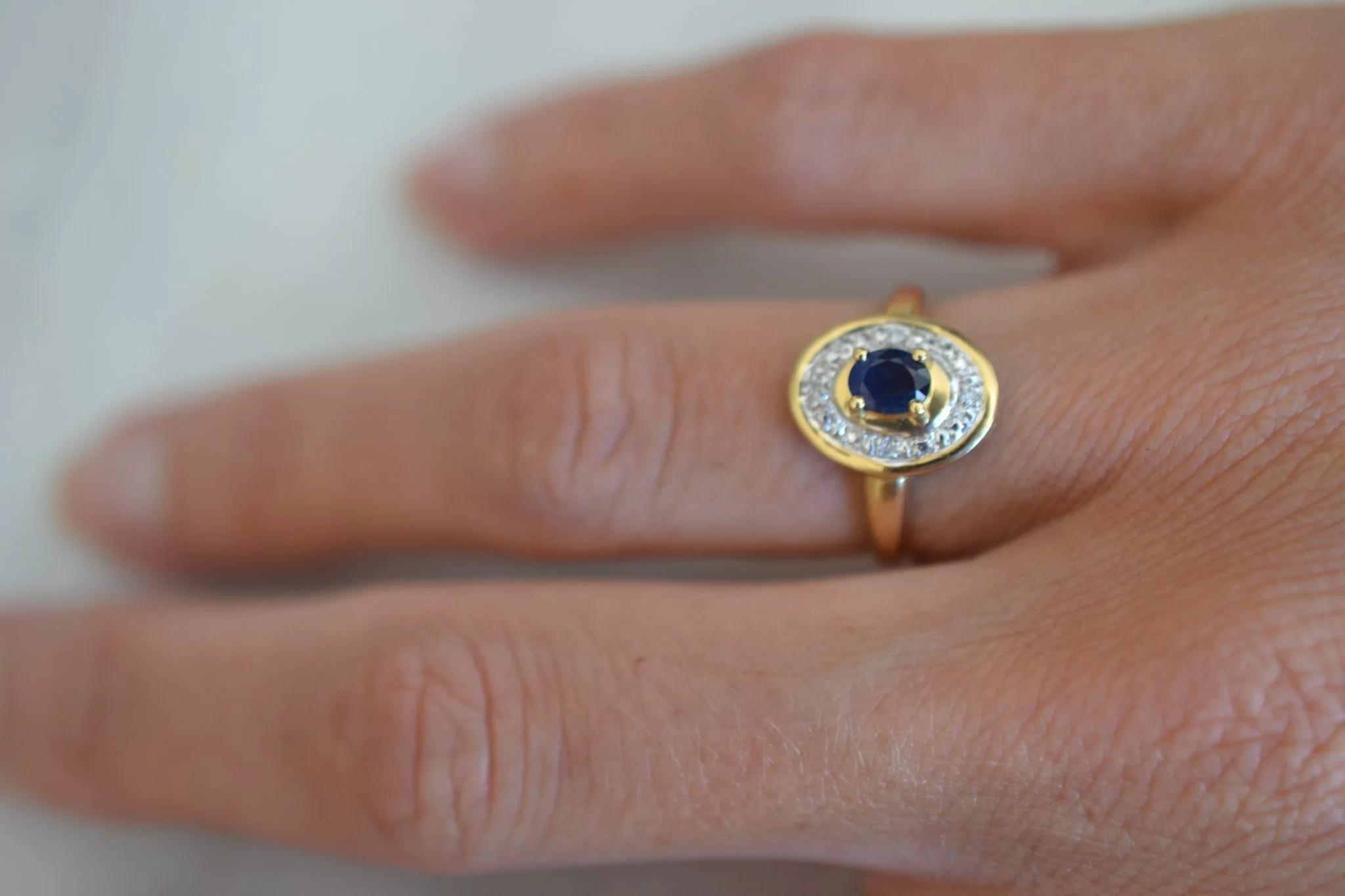 Bague saphir et 4 diamants, en Or jaune 18 carats, 750:1000 - Bijoux anciens - bague de fiançailles occasion
