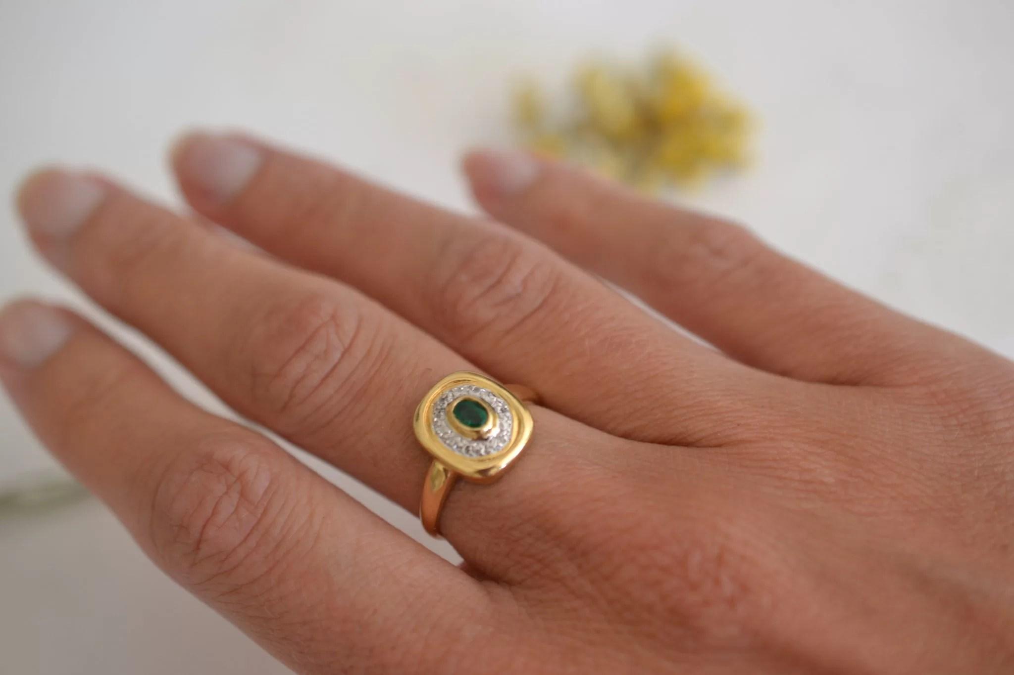 bague vintage sertie d'une emeraude et de diamants - en or 18 carats - bague de fiançailles ecoresponsable