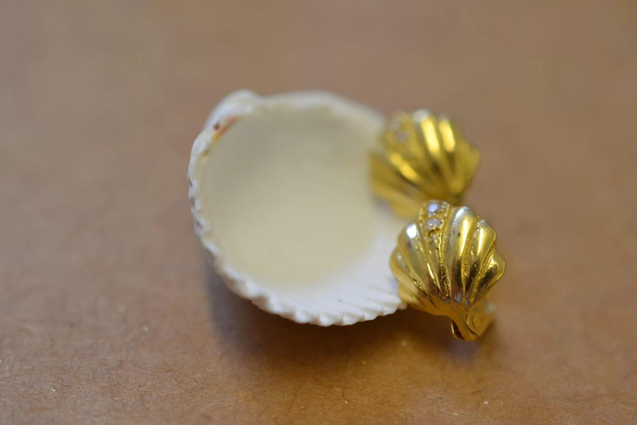 boucles d'oreilles anciennes en Or - coquillages et pierres blanches - bijoux vintage ecoresponsables