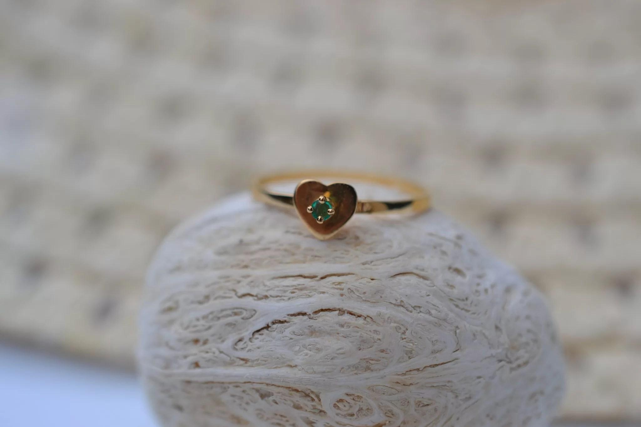 Bague en Or jaune sertie d'une pierre verte sur une monture en forme de cœur bijou ancien