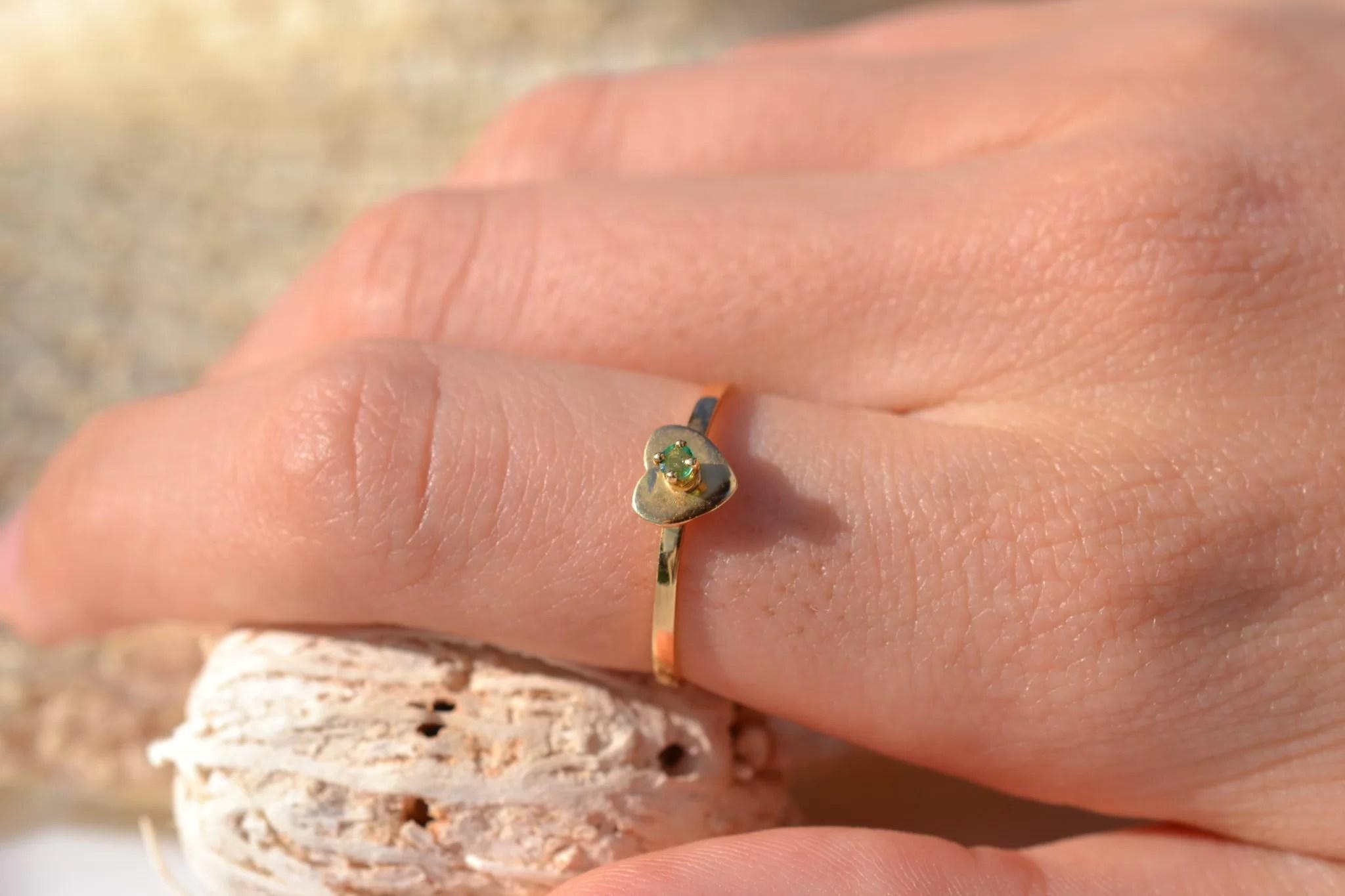 Bague en Or jaune sertie d'une pierre verte sur une monture en forme de cœur bijou vintage