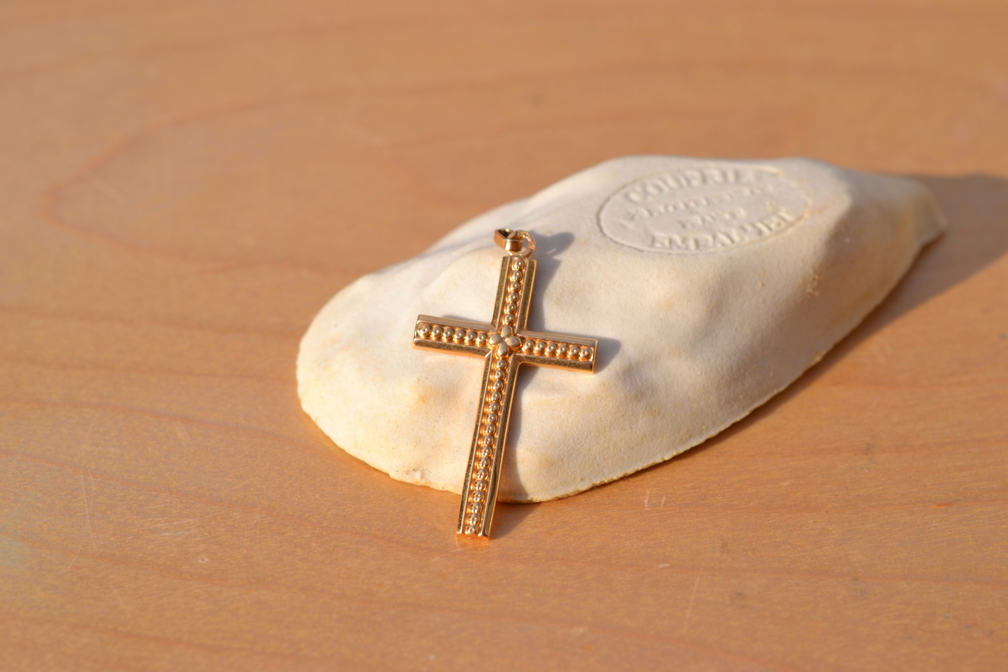 Fine Croix Religieuse En Or Jaune Datant Du XXème Siècle, Décor En Relief Bijou Rétro