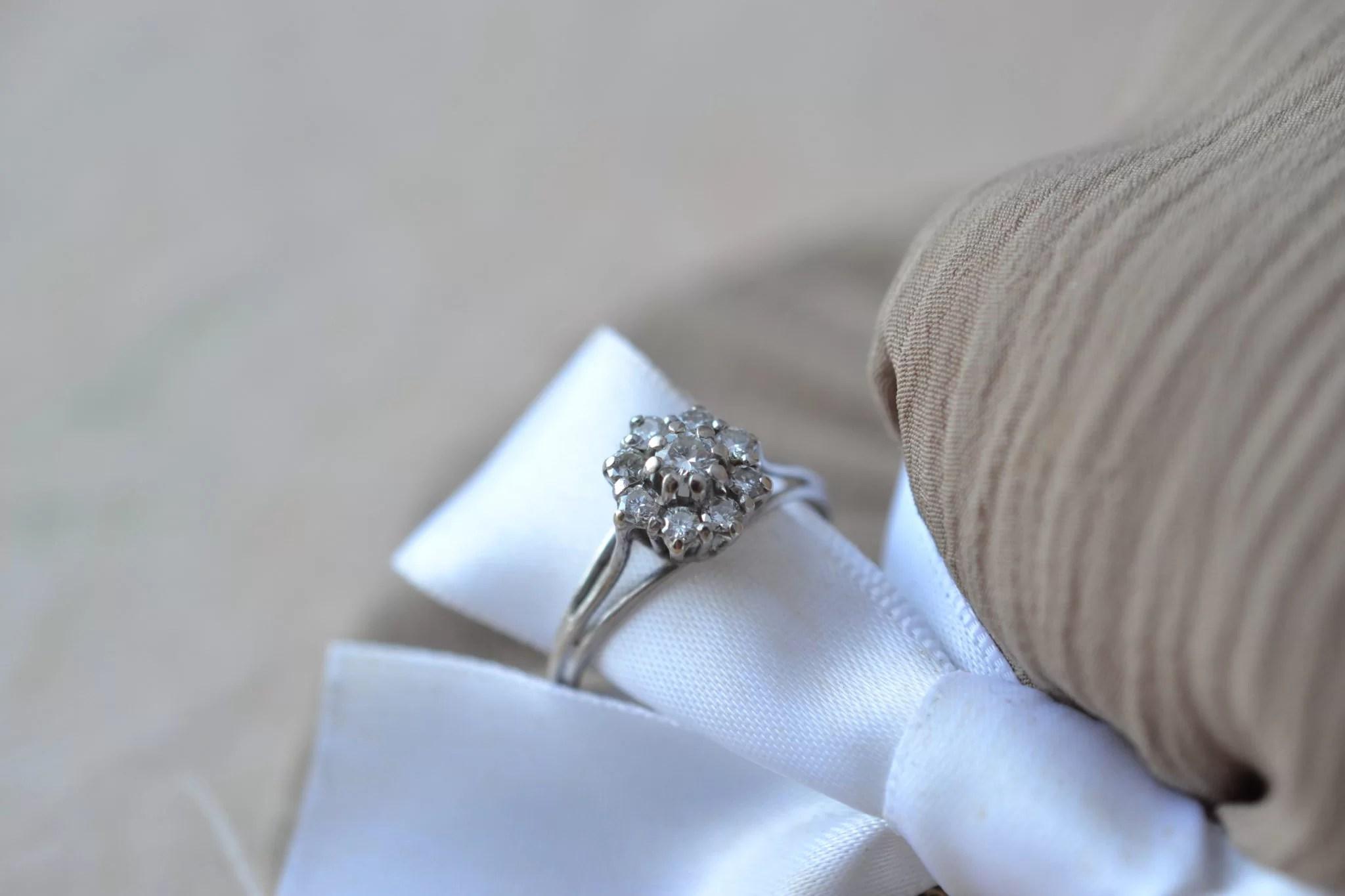 Bague En Or Blanc Ornée De Petits Diamants En Marguerite - Bague Ancienne