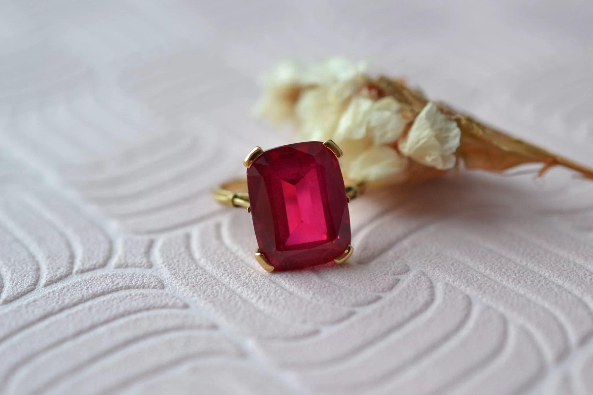 Bague En Or Jaune Sertie D_un Corindon De Synthèse De Couleur Rose _ Rouge - Bague Rétro