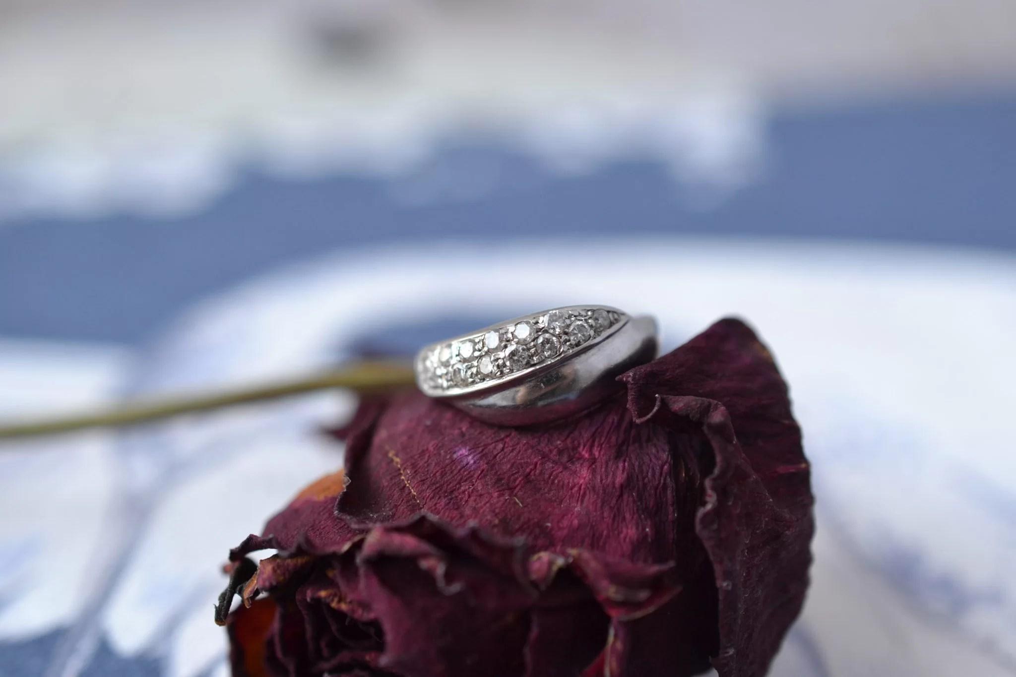 Bague lien croisé en Or rhodié sertie de diamants - bague ancienne