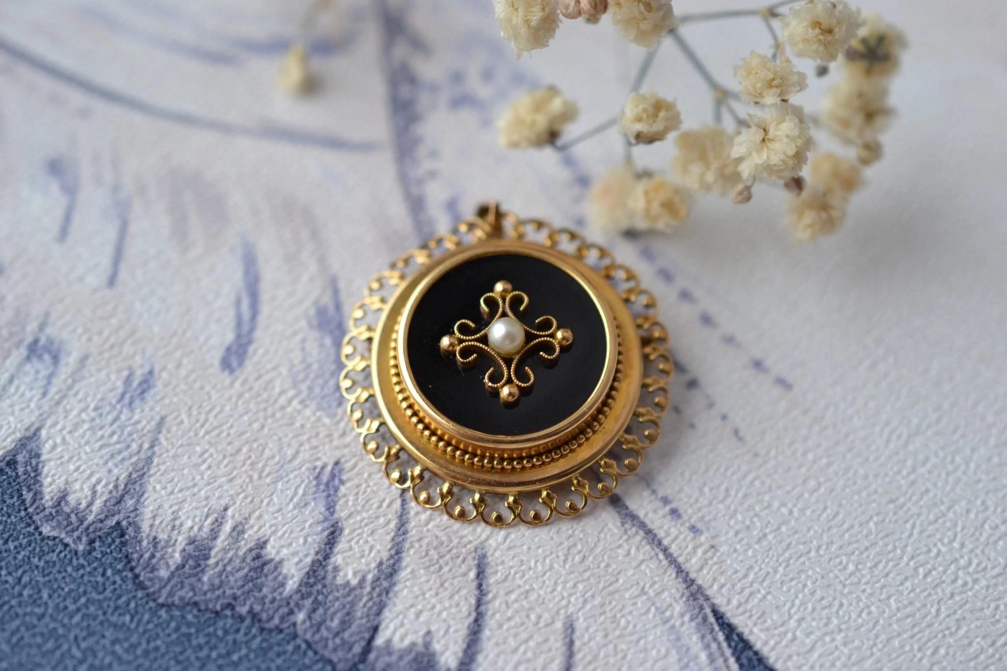 Pendentif _ Broche Ronde En Or Jaune, Décorée D_un Disque D_onyx Sertie D_une Petite Perle Avec Fleuron, Sur Une Monture Ajourée - Pendentif Vintage