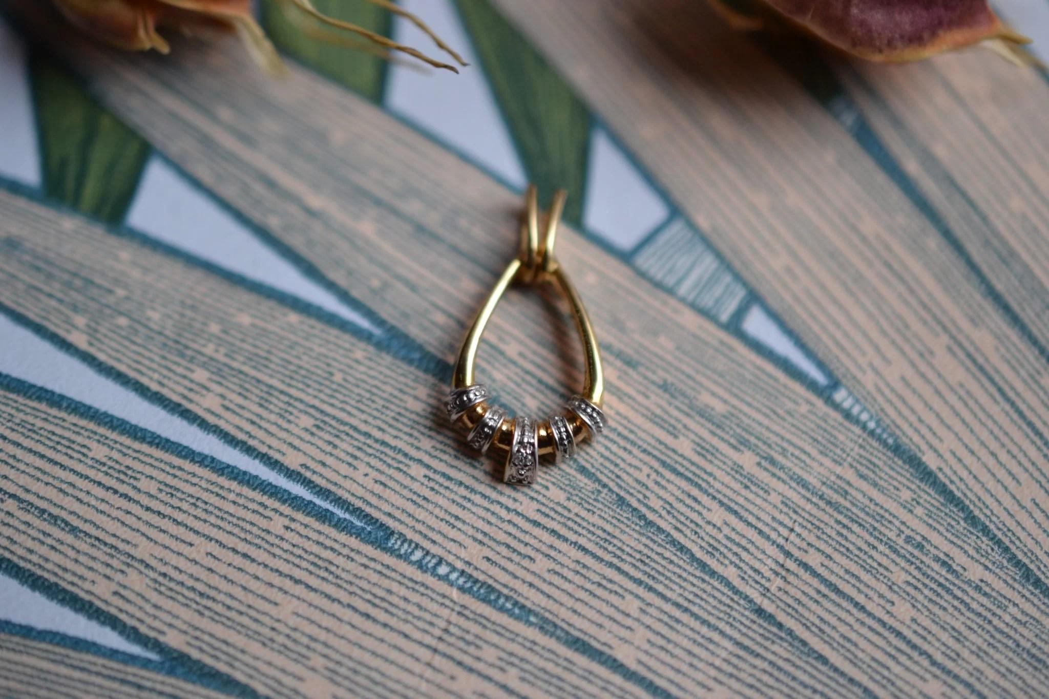 Pendentif en Or jaune et Or blanc en forme de goutte ajourée serti d_un diamant, avec un effet pavage pierres - bijou éthique